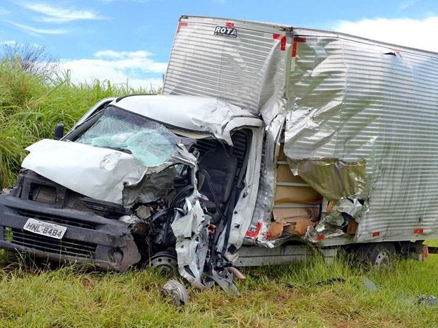 Motoristas de van e caminhão morreram no local do acidente na BR-459 (Foto: Luciano Lopes)