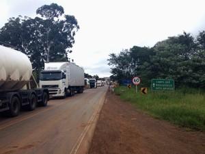 Com o protesto, caminhões impedidos de seguir viagem formaram filas nos dois lados da PR-280, em Marmeleiro (PR) (Foto: Michelli Arenza / RPC)