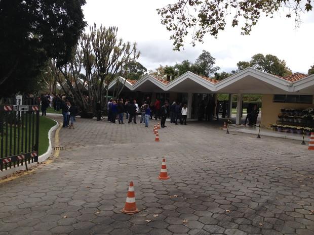 Jovem de 23 anos foi enterrada nesta sexta-feira (25), em Curitiba (Foto: Thiago Techy/ G1)
