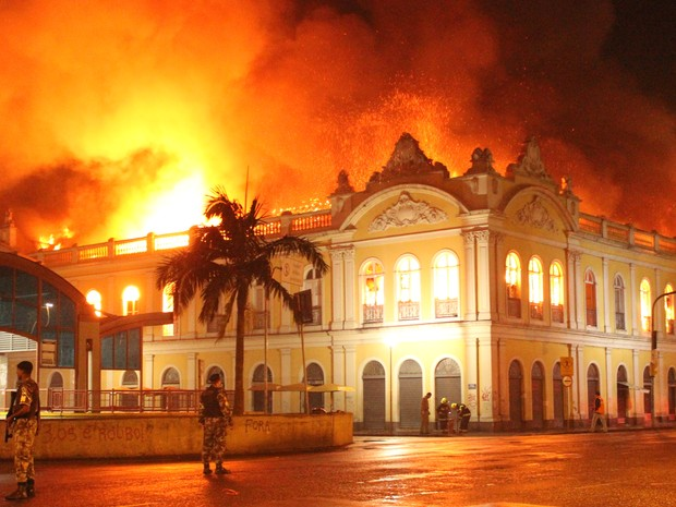 Fogo atinge prédio do Mercadi Público de Porto Alegre (Foto: Rhian Carlos Berghetti Dantas/ Divulgação)