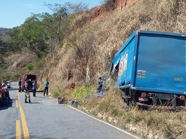 Caminhão bateu em barranco após perder o freio na MG-314 (Foto: Ana Carolina Magalhães/Arquivo Pessoal)