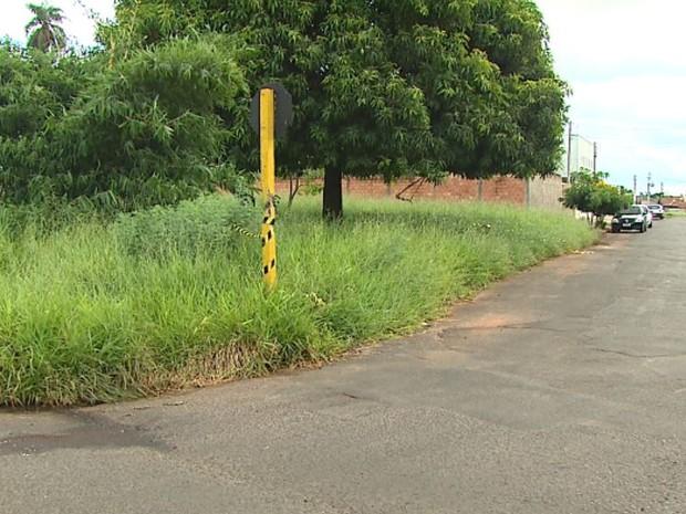 Adolescente surpreendeu motorista de caminhão em esquina no Jardim Itália, em Araraquara (Foto: Marlon Tavoni/ EPTV)