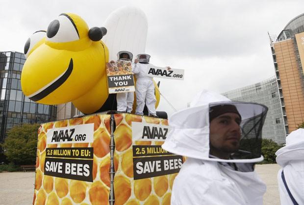 Ativistas ambientais se vestiram de apicultores nesta segunda-feira (29) em frente à sede da Comissão Europeia, em Bruxelas, na Bélgica, durante votação que restringiu pesticidas em toda a Europa (Foto: Francois Lenoir/Reuters)
