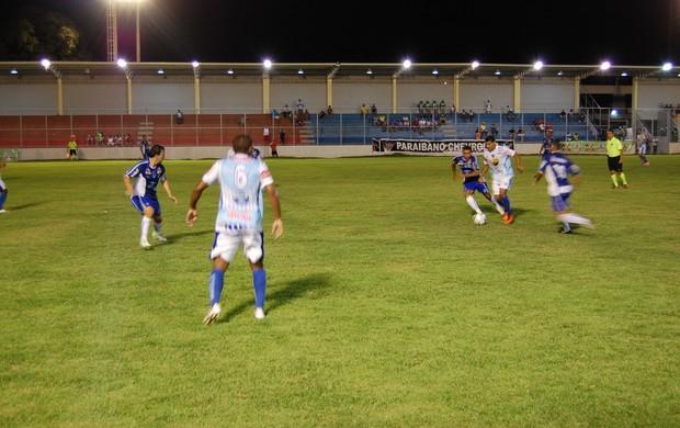 Jogador do Atlético de Cajazeiras tenta passar pela zaga do CSP (Foto: Richardson Gray / Globoesporte.com/pb)