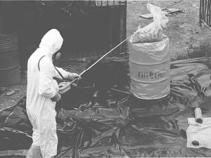 Remoção de lixo radioativo de área contaminada pelo césio-137, em Goiânia, Goiás (Foto: Carlos Costa/ O Popular)