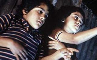 Chava se apaixona por menina do colégio durante a guerra (Foto: Divulgação / Reprodução)