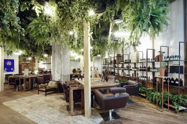 Um salão de beleza cercado por plantas e design brasileiro (Foto: Divulgação)