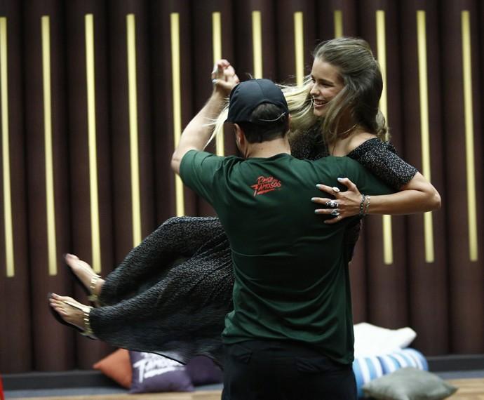 Fofa! Yasmin curte dançadinha com professor (Foto: Raphael Dias/Gshow)