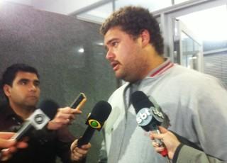 Torcedor Rodrigo presta depoimento à polícia em caso de injúrias raciais (Foto: Tatiana Lopes/GloboEsporte.com)