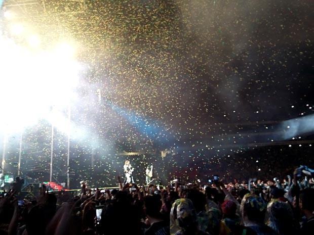Chuva de papel no fim do show do Guns N' Roses em Brasília (Foto: Lucas Nanini/G1)
