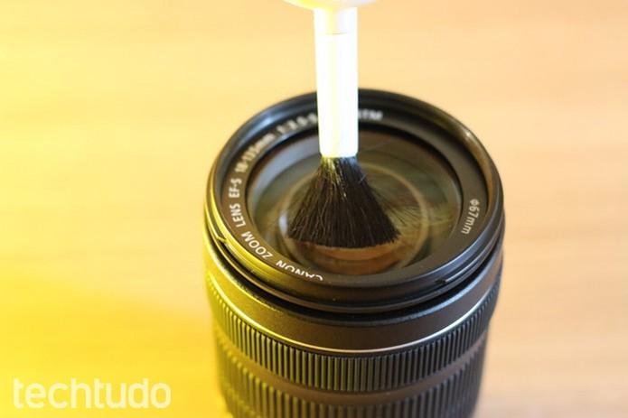 Um pincel limpo tira facilmente a poeira menor (Foto: Karen Malek/TechTudo)