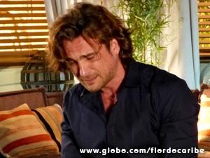 Sem que a mãe veja, o vilãochora igual crianças depois de ouvir umas verdades (Foto: Flor do Caribe / TV Globo)