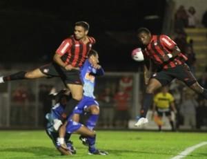 zagueiros Manoel e Gustavo, do Atlético-PR, contra o Iraty (Foto: Divulgação/Site oficial do Atlético-PR)