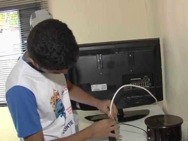 Estudantes participam de Patrulha Digital e ajudam a instalar kits Goiânia Goiás (Foto: Reprodução/TV Anhanguera)
