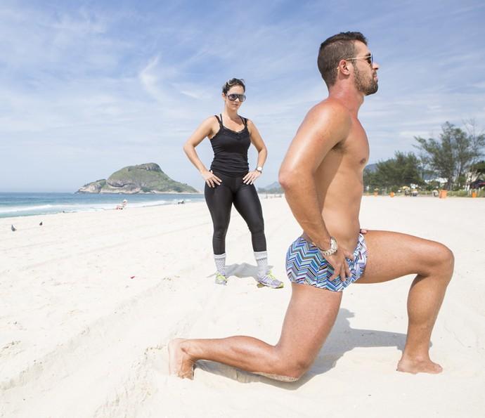 A personal Aline Cardoso acompanha o treino de Borat (Foto: Felipe Monteiro/Gshow)