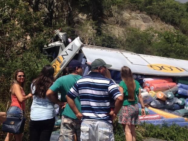 Caminhão colidiu com parede de pedra e carga ficou espalhada na pista (Foto: Giulia Markman/Acervo Pessoal)