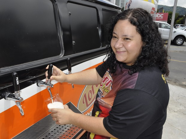 Sandra largou o emprego e abriu a própria choperia móvel em Poços de Caldas (Foto: Lara Cristina/G1)