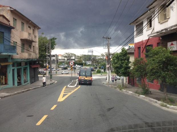 Chuva atinge a Zona Norte de SP nesta tarde (Foto: Lívia Machado/G1)