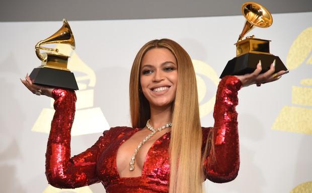 Beyoncé ao ganhar dois Grammys (Foto: Robyn BECK  AFP)