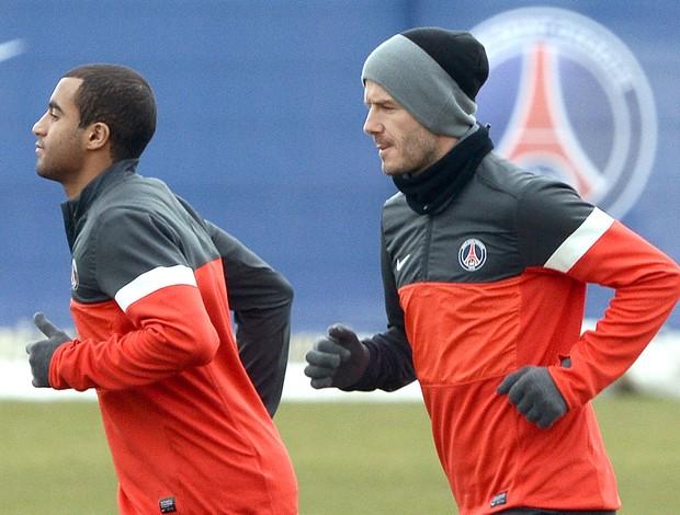 Lucas e Beckham no treino do PSG (Foto: AFP)
