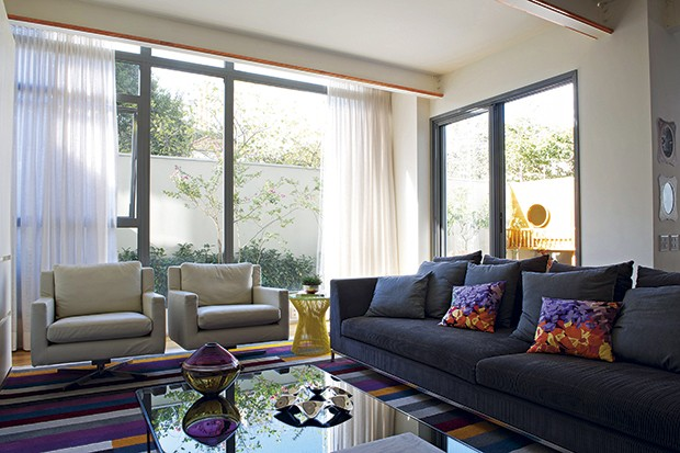 O pé-direito de 3 m e os panos de vidro dão ótima luminosidade ao living deste apartamento térreo, com projeto da arquiteta Carolina Rocco  (Foto: Marcelo Magnani / Casa e Jardim)