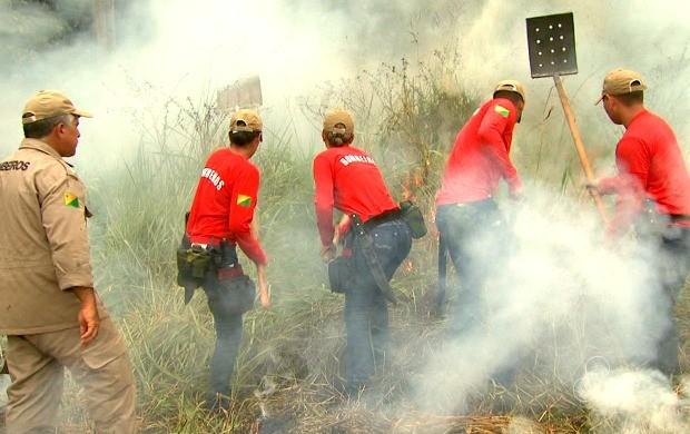 Sob supervisão, novos Bombeiros apagam fogo criado para treinamento (Foto: Acre TV)