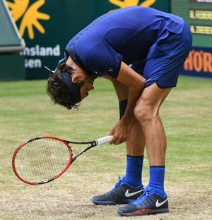 Roger Federer lamenta durante partida com Zverev em Halle (Foto: AFP)
