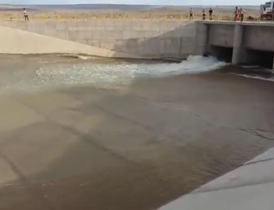 Testes de 48 horas em estação elevatória do Rio São Francisco antecedem chegada de Temer (Foto: Reprodução Youtube)