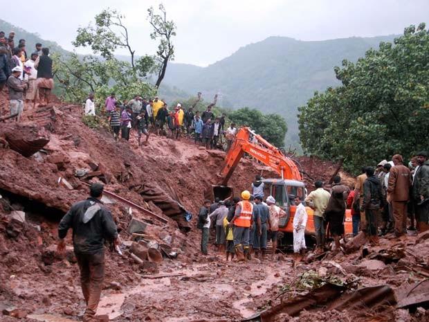 Esquipe de resgate trabalha em local em que terra deslizou nesta quarta na vila de Malin, na Índia (Foto: AP Photo/Nitin Lawate)