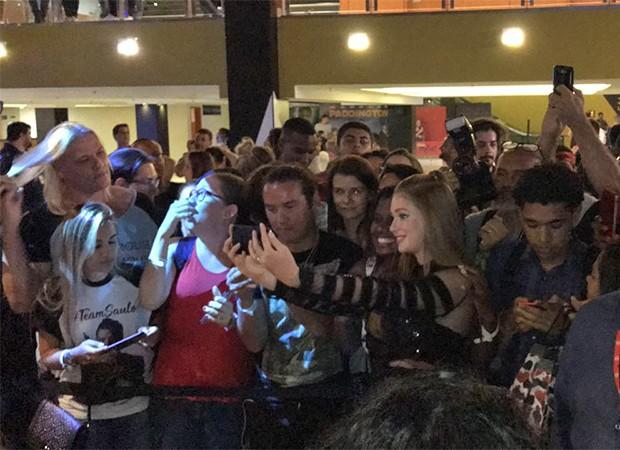 Marina Ruy Barbosa causa tumulto no Rio (Foto: Ed. Globo)