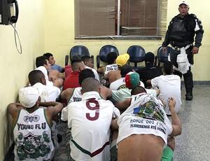 Torcedores do Fluminense presos (Foto: Domingos Peixoto / Agência o Globo)