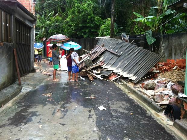 Casa debabou após chuva em Manaus  (Foto: Camila Henriques/G1 AM)