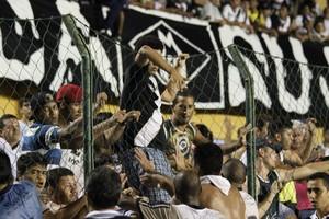 Torcida invade Mixto (Foto: Olímpio Vasconcelos)