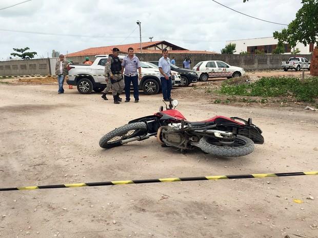 Suspeito estava em uma motocicleta quando abordou policial federal (Foto: Walter Paparazzo/G1)