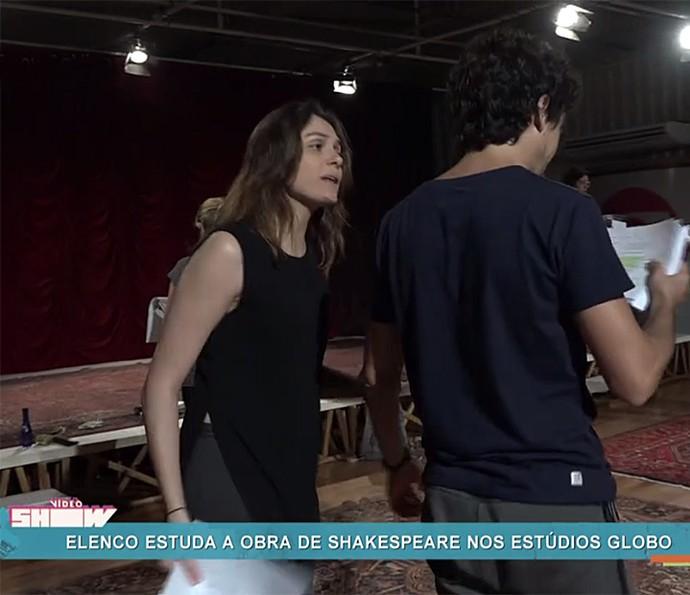 Monica Iozzi contracena com Jesuíta Barbosa em curso de Shakespeare (Foto: Vídeo Show / Gshow)