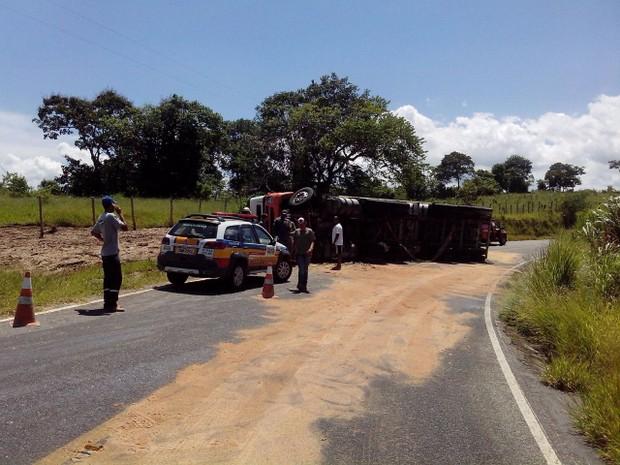 Acidente foi na estrada que liga Ribeirão Vermelho (MG) à Rodovia Fernão Dias (Foto: Corpo de Bombeiros)