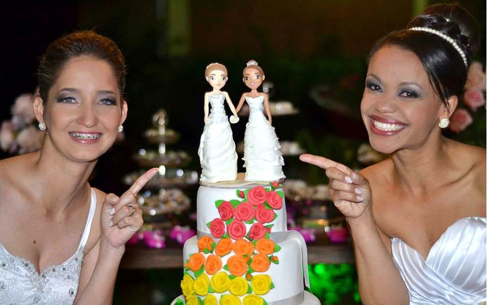 Tatiani Oliveira e Lumara Rodrigues foram o primeiro casal homoafetivo a se casar na cidade onde vivem, em Minas Gerais  (Foto: Ricardo Carvalho/Divulgação)