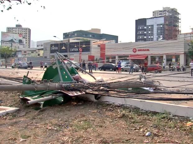 Caminhonete derrubou 2 postes e um ponto de ônibus na Avenida do CPA (Foto: Reprodução/TVCA)