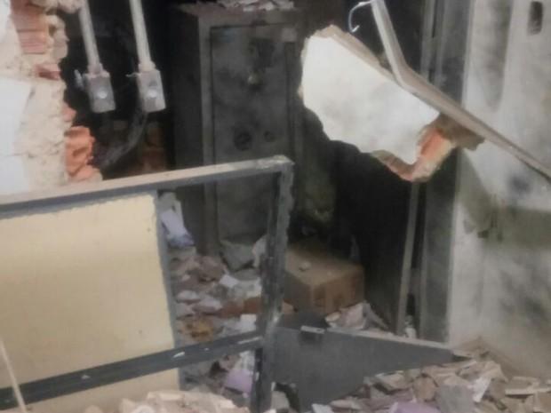 Criminosos explodiram cofre de agência bancária em Pedro Afonso (Foto: Divulgação)
