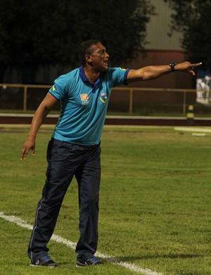 O técnico Ionay da Luz gesticula para os atletas do Rondoniense acertarem o posicionamento em campo (Foto: Ivonisio Júnior)