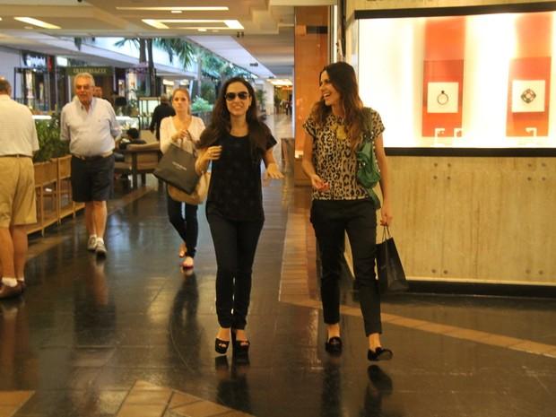 Tatá Werneck com amiga em shopping no Rio (Foto: Daniel Delmiro/ Ag. News)