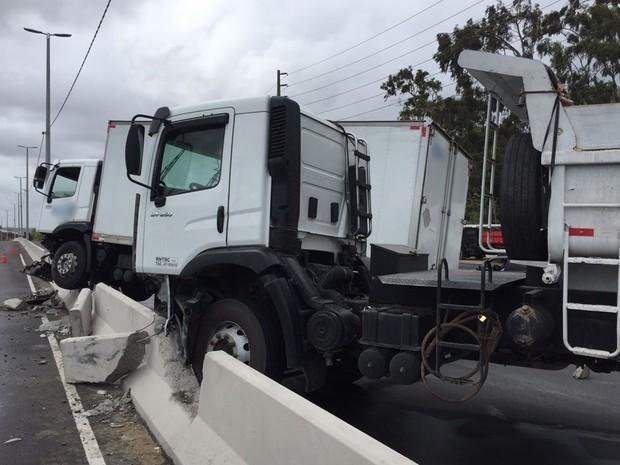 Colisão de caminhões com mureta deixou o trânsito lento na BR-230 em João Pessoa (Foto: Walter Paparazzo/G1)