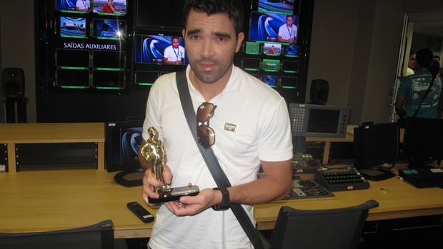 Deco recebendo troféu de melhor da rodada Arena SporTV (Foto: Luiz Guilherme Freitas)