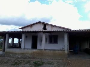 Uma das casas atingidas fica na zona rural de Taboleiro Grande (Foto: Luiz carlos Magalhães/G1)