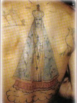 Uma das tatuagens que definem o crime de estupro é a imagem da Nossa Senhora, em tamanho grande nas costas (Foto: Reprodução/ livro Linguagem de Cadeia)