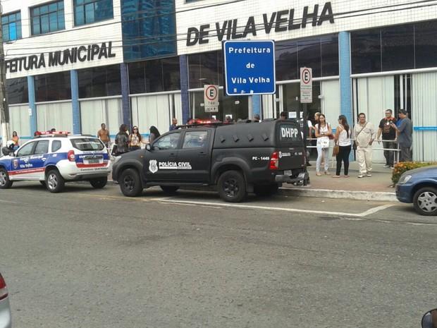 Homem é baleado na Prefeitura de Vila Velha, no ES (Foto: Daniela Carla/ TV Gazeta)