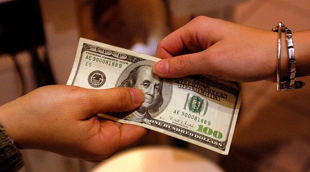 dólar; nota; dinheiro; doação (Foto: Joe Raedle/Getty Images)