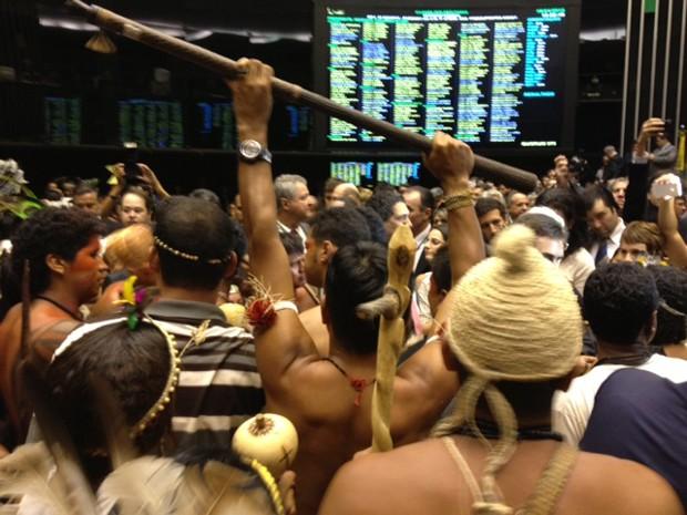 Indígenas durante manifestação de protesto no plenário da Câmara (Foto: Fabiano Costa / G1)