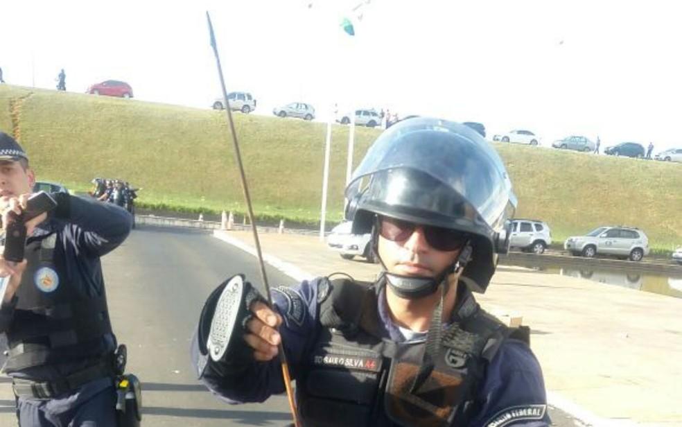 Policial com flecha indígena durante protesto (Foto: Polícia Militar/ Divulgação)