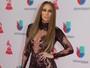 Jennifer Lopez ousa com macacão transparente no Grammy Latino